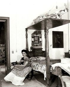Photographer Bernard Silberstein captured this intimate photo of Frida Kahlo in her bedroom in Coyoacan, Mexico while clutching onto her beloved monkey in Frida E Diego, Diego Rivera Frida Kahlo, Frida Art, Natalie Clifford Barney, Mexican Artists, Mexican Folk Art, Art Espagnole, Kahlo Paintings, Great Artists