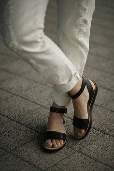 b7251492d3fef7 Black and white Mango boyfriend jeans Clarks sandals Fashionzen