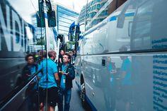 Chaque déplacement des équipes appellent une logistique impressionnante. Pendant que certains sont à l'Arena de Leeds pour voir la présentation, d'autres sont aux bus pour gérer certaines tâches réparties. Discussion de passionnés au pied du bus de l'équipe entre deux assistants.