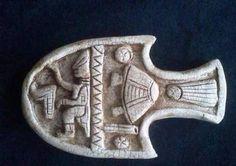 Una cerámica en miniatura maya, la cual representa a un ser de características no humanas (de cráneo alargado), manipulando los controles Ancient Aliens, Ancient Art, Ancient History, Les Aliens, Aliens And Ufos, Out Of Place Artifacts, Ancient Astronaut Theory, Objets Antiques, Alien Theories