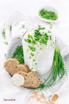 von herzelieb gibt eines einen tollen Schnittlauch-Dip mit Senf, toll zu Fisch, Kartoffeln und Brot