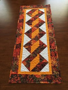 Looking for free table runner patterns? I gathered up all my favorites in one place - here's a table runner pattern for every season!Pole Twist table runner created for my daughter - OctoberQuilt Pattern how to quilt the twisted pole runner in two colours Patchwork Table Runner, Table Runner And Placemats, Quilted Table Runners, Fall Table Runner, Quilted Table Runner Patterns, Thanksgiving Table Runner, Halloween Table Runners, Quilt Block Patterns, Quilt Blocks