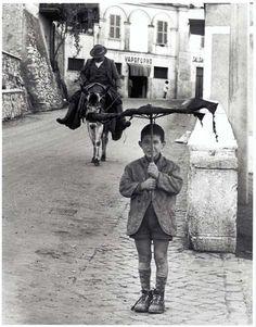 Bill Perlmutter. Umbrella Boy, Italy, 1958.