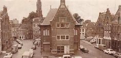 Voor de oude Arnhemse stappers van weleer: de Korenmarkt in 1974. Links van de Korenbeurs was toen nog een benzinestation. Op de achtergrond de toren van de Kleine Eusebiuskerk, die in 1991 is gesloopt.