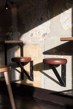 Taburetes y mini-mesas fijadas a pared. Nelson Bar by Techne - rustic interior