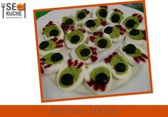 Zombie Augen. Für diese Ekel-Augen braucht Ihr  ► Eier ► 1 EL Salatdressing ► 2 Avocado ► entsteinte schwarze Oliven ► bissl Mayonnaise (optional) ► bissl Ketchup  Eier hart kochen, pellen und der Länge nach halbieren. Danach das Eigelb vorsichtig herauslösen, zusammen mit den Avocados zermatschen mit etwas Salatdressig vermischen. Die entstandene Masse mittels einer Spritztüte zurück in die Eierhälften spritzen. Oliven in dünne Scheiben schneiden, Adern mit Ketchup, Pupillen mit Mayo Mayonnaise, Ketchup, Avocado, Halloween, Egg Yolks, Eyes, Lawyer, Spooky Halloween