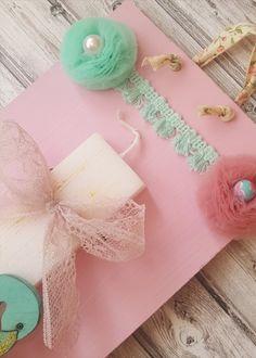 Χειροποίητη λαμπάδα με ξύλινο φλαμίνγκο χρώματος βεραμάν, με πον-πον βεραμάν και ροζ, δεμένη σε ροζ καδράκι. #πάσχα #pasxa #Easter #Ανάσταση #νονός #νονά #λαμπάδα #χειροποίητες #handmade #Πασχαλινέςλαμπάδες #pasxalineslampades #φλαμινγκο Greek, Easter, Candles, Easter Activities, Candy, Candle Sticks, Greece, Candle