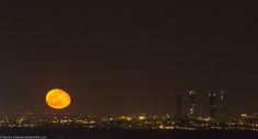 ¿Has visto la luna salir esta noche en #Madrid? No te la pierdas, esta noche está impresionante #CallejeandoMadrid pic.twitter.com/c1HtRCo5Yn