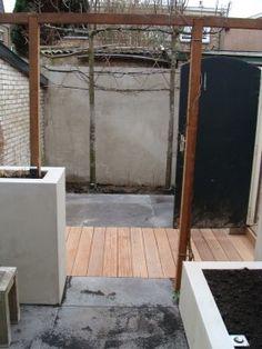 ... tuin met gestuukte borders en tuinmuur Barend van de Kamp Hoveniers
