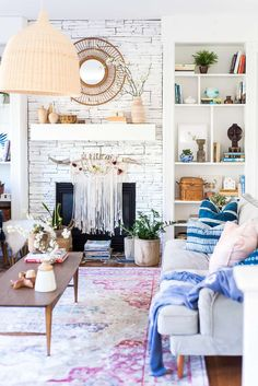 Southern Home Decor Spring living room makeover ideas that are perfect for the boho maker. Diy Living Room Decor, Boho Living Room, Living Room With Fireplace, Home Decor Hacks, Easy Home Decor, Spring Home Decor, Home Decor Inspiration, Boho Decor, Beautiful