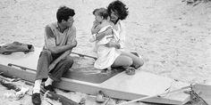 John F. Kennedy y Jacqueline junto a su hija Caroline. © Mark Shaw / mptvimages.com