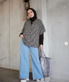 4 Casual Hijab Style with Celebrity Style Suitable for Traveling Hijab Chic, Hijab Style Dress, Stylish Hijab, Casual Hijab Outfit, Cute Casual Outfits, Retro Outfits, Simple Outfits, Ootd Hijab, Street Hijab Fashion