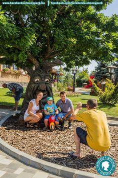 Emberarcú 3D-s beszélő fa, Flintstones vízibicikli és épített mesejelenetek. A közel 30 ezer négyzetméter alapterületű Kerekerdő Mesepark egész évben szabadtéri és fedett programokkal várja a családokat.