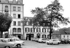 Place centrale de Pont-Aven... En ce temps lointain le bar-restaurant etait l'un de mes points d'ancrage... Source photographique : Gerard Berthelom...