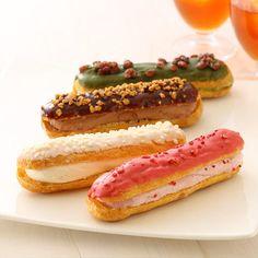 バトンシューアイスは、メディアでも数多く取り上げられ、京都で大人気のシュークリーム専門店<Creme de la Creme>がプロデュースするシューアイス。シュー生地に濃厚ミルクのバニラアイスクリームを挟み込み、ホワイトチョコのコーティングにクッキーのホワイトクランチのトッピングを施した「バニラ」をはじめ、個性豊かな4種類をセットにしました。ひんやりがおいしい、京都のシューアイスをお楽しみください。