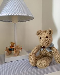 Urso em Tricô com laço azul.