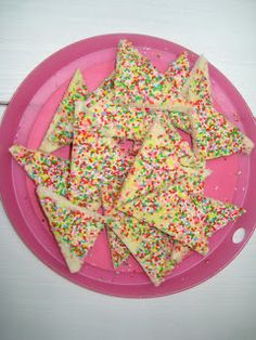 Fairy breads originates from Australia and New Zealand. Fairy bread is primarily white bread covered in butter or margarin and then drowned in sprinkles. Aussie Food, Australian Food, Pavlova, Cooking Time, Cooking Recipes, Fairy Bread, Sweet Recipes, Kiwi Recipes, Australia Day