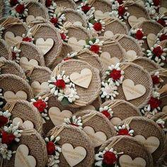 Diy Burlap Flowers, Simple Step By Step - Diy Crafts - Marecipe Wedding Favours Magnets, Wedding Favors, Wedding Gifts, Wedding Burlap, Rustic Wedding, Burlap Flowers, Diy Flowers, Burlap Crafts, Diy And Crafts