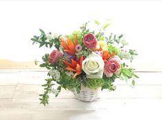 ピンクにオレンジ、イエロー、グリーン‥。 春はカラフルな色合わせが楽しくなります。  「今までありがとう。これからの人生も色鮮やかな毎日でありますように」 そんな贈り主様の気持ちが伝わりますように。