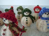 Items similar to Mini-Snowman on Etsy Christmas Baskets, Christmas Holidays, Christmas Crafts, Christmas Decorations, Christmas Ornaments, Christmas Ideas, Basket Weaving Patterns, Basket Crafts, Paper Wall Art