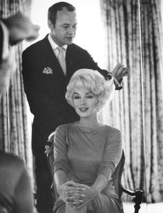 Kenneth & Marilyn Monroe — Kenneth Battelle has been described as the world's first celebrity hairdresser. He achieved international fame for creating Jacqueline Kennedy's bouffant in People I like. Joe Dimaggio, Viejo Hollywood, Old Hollywood, Pelo Retro, Divas, Photocollage, Looks Chic, Norma Jeane, Big Hair