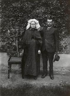 Man en vrouw uit Waalre. De vrouw draagt streekdracht. Over haar muts draagt ze een 'poffer'. Om de schouders draagt ze een pelerine. De man draagt algemene modekleding. ca. 1910 #Noord-Brabant