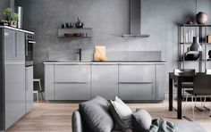 Cuisine tout en gris avec murs, portes et accessoires gris