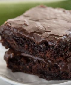 Zucchini brownies are a healthier recipe for brownies, and these are the BEST zucchini brownies ever! They're ooey, gooey, and SUPER fudgy brownies. And NO one will know they have zucchini inside! Köstliche Desserts, Delicious Desserts, Dessert Recipes, Yummy Food, Yummy Treats, Sweet Treats, Tortillas Veganas, Cream Cheese Muffins, Healthy Brownies