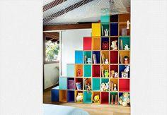 O designer Lula Gouveia, do SuperLimão, desenvolveu a estante para um quarto compartilhado por três irmãos. Nos casulos ficam livros e brinquedos e, ao lado da estante, uma escada do tipo Santos Dumont – em que os degraus são recortados ora à direita, ora à esquerda – que dá acesso à rede