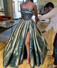 Thousands of gorgeous prom dresses and gowns 2018 at Lunss Gallery. You'll find plenty of prom dresses in unique styles, cuts, fabrics, and lengths. Formal Gowns, Strapless Dress Formal, Dress Long, Elegant Dresses, Pretty Dresses, Couture Dresses, Fashion Dresses, Evening Dresses, Prom Dresses