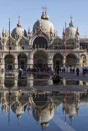 Visiter Venise est étonnamment facile. La ville n'est pas très grande et les attractions sont souvent à proximité les unes des autres. De plus, le système de transports en commun sur le Grand Canal (les vaporettos) est très efficace. Histoire, art, magasinage, musées et palais, promenades dans les ruelles, tours de gondole, etc., il y a plein de découvertes à faire.
