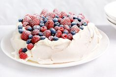 Berry pavlova Light and fluffy pavlova topped with seasonal berries is the ultimate Christmas dessert. Berry pavlova Light and fluffy pavlova topped with seasonal berries is the ultimate Christmas dessert. Pavlova Toppings, Cheesecake Original, Christmas Desserts, Thanksgiving Desserts, Christmas Christmas, Christmas Recipes, Gulab Jamun, Meringue, Tray Bakes