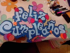 letrero Birthday Cheers, Ideas Para Fiestas, Classroom Decor, Diy And Crafts, Graffiti, Banner, Doodles, Presents, Baby Shower