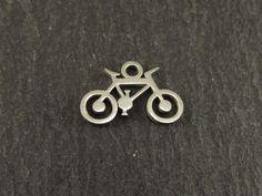 Príveskový bicykel pre všetkých nadšencov tohto krásneho športu. Máme zatiaľ tento model klasického bicyklíku, žiadne saganovské športové verzie cestných bikov, ale na začiatok je to fajn :) Odporúčame ako milý prívesok do pánskych náramkov, pretože je drobný a nebude zavadzať :) Modeling, Stud Earrings, Jewelry, Jewlery, Modeling Photography, Jewerly, Stud Earring, Schmuck, Jewels