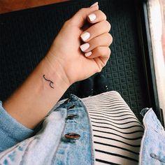 Cute Tiny Tattoos, Little Tattoos, Mini Tattoos, Beautiful Tattoos, Simbolos Tattoo, Wave Tattoo Wrist, Small Wave Tattoo, Armband Tattoo, Wrist Tattoos For Women