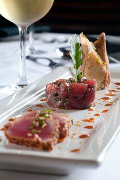 Le tartare de thon aux câpres parfumé d'un soupçon de wasabi fait une succulente entrée, légère et sans cuisson.