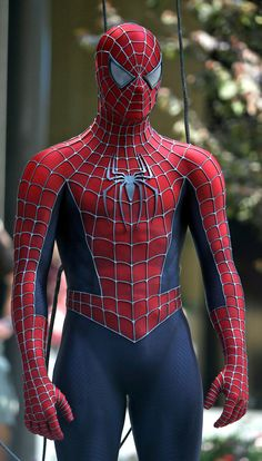 TOBY MAGUIRE as Spider-Man - In Maguire starred in Spider-Man, based on the popular Marvel Comics superhero. The film was a major success Spiderman 2002, Black Spiderman, Amazing Spiderman, Spiderman Sam Raimi, Spiderman Suits, Spiderman Movie, Batman, Marvel Comics, Marvel Heroes