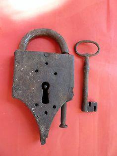 très gros cadenas en fer forgé 17 ème ou 18 ème old padlock antiguo candado