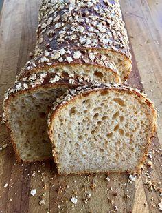 170g chlebové mouky 170g hladké mouky 110g celozr špaldy (čers.ml) 75g vloček 280g vody 50g mléka 34g medu 34g rostl. oleje 10g soli 100g rozkvasu (100% pšen.) --- Do mísy nalít vodu a přidat vločky, nechat namočené cca 2hod. Přidat vše ostatní najednou a vypracovat trochu lepek. Přendat do boxu a uložit v lednici přes noc. (2x jsem přeložila po 1hod) Ráno vyndat z lednice přendat do formy vytřené olejem, zakrýt a nechat kynout (u mně 5h). Péct 250C/15min, 220C/15min a 200C/10min.