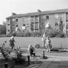 Spelende kinderen bij de flats aan de Ganskuijl.