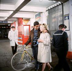 """Nino Castelnuovo et Catherine Deneuve in """"Les parapluies de Cherbourg"""", Jacques Demy, 1963."""