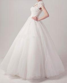 Je vends ma robe de mariee princesse en dentelle avec les accessoires. La robe est les accessoires sont neufs. Jamais portée. Photos réelles. Taille : 36/38/40 (une fermeture à lacet au dos. Facile d'ajuster) Prix: 289 euros les accessoires: