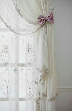 40 Bedroom Curtain Ideas (For Master, Small, and Children Bedroom) Cortinas Shabby Chic, Shabby Chic Curtains, Vintage Curtains, Home Curtains, Curtains With Blinds, Mini Blinds, Wood Blinds, Sheer Curtains, Shabby Chic Master Bedroom