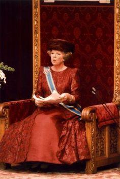 Koningin Beatrix leest op de derde dinsdag in september de troonrede voor in de Ridderzaal in Den Haag ('s-Gravenhage). Nederland, september 1996.