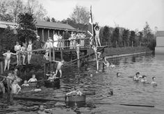1896. De badinrichting van de heer Bal (met witte pet) aan de Loolee, ter hoogte van de Gravenallee.
