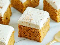 Kick off the fall season with these Healthier Pumpkin Bars with Cream Cheese Frosting that are moist, delicious and taste just like cake, but without any butter or refined sugar! Healthy Pumpkin Bars, Healthy Desserts, Dessert Recipes, Cake Recipes, Healthy Cake, Vegan Pumpkin, Ww Recipes, Dessert Bars, Healthy Baking