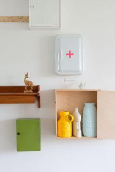 ☆Medicijnkastje met geometrisch rood kruisje van plakplastic, in badkamer