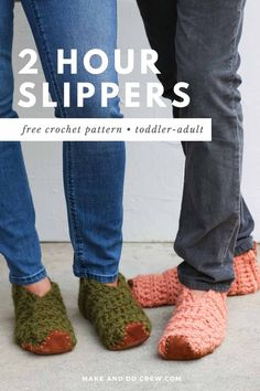 Learn how to crochet slippers from simple rectangles in this easy video tutorial from Make & Do Crew. This beginner crochet project could not be simpler, but the end result is stunning and perfect for gift giving. Use Lion Brand Wool-Ease Thick & Quick or substitute ANY weight yarn for these super fast crochet slippers. Follow along with the free pattern to crochet slippers for toddlers, kids, women and men! Beginner Crochet Projects, Crochet Patterns For Beginners, Crochet Blanket Patterns, Fast Crochet, Learn To Crochet, Crochet Purses, Crochet Scarves, Easy Crochet Slippers, Make And Do Crew
