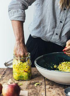 I dag skal det handle om fermentering – jeg vil nemlig dele en opskrift fra bogen FERMENTERING 2.0. Hvis jeg skal pege på min favorit når det kommer til fermentering må valget nok lande på kraut. Kraut er fermenteret kål og grøntsager, også kendt som sauerkraut, surkål. Det vigtigste, når du laver kraut, er, at …