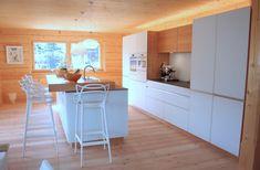 Einbauküche von Team7, Glas weiss, Erle, Massivholz, in Blockhaus New Homes, Table, Furniture, Home Decor, Kitchen Contemporary, Corning Glass, Timber Wood, Decoration Home, Room Decor